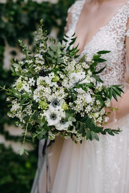 Крупным планом невесты с букетом невесты Premium Фотографии