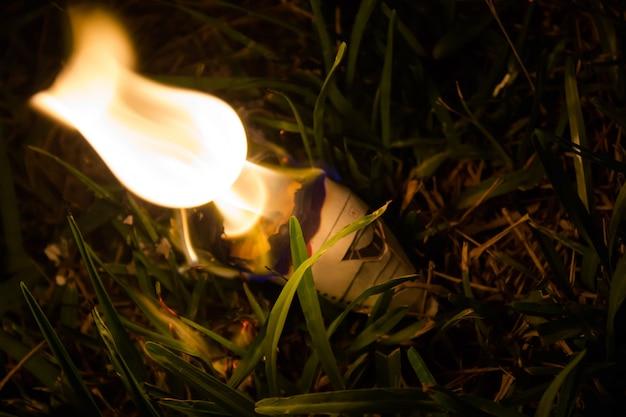 Закройте модель горящего бумажного самолета Бесплатные Фотографии