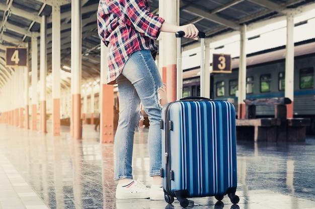 можете сохранить идем на вокзал с чемоданами картинки две