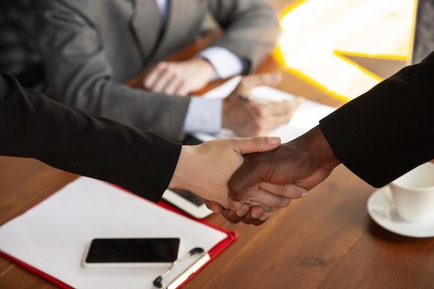 会議室で握手するビジネスマンのクローズアップ 無料写真