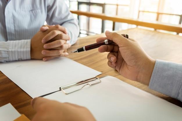 close up of businessperson signing contract woman writing paper at the desk with pen 1423 2047 - Seguro Empresarial Multilocal: até 80% mais barato do que as apólices tradicionais, entenda