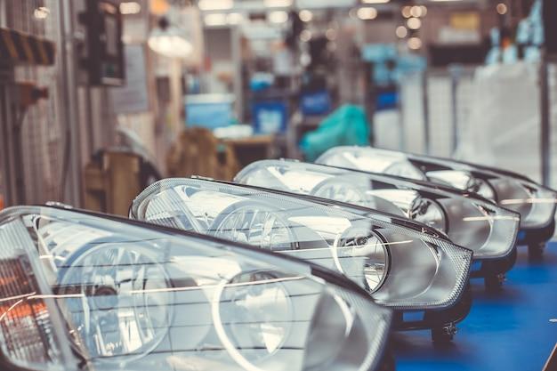 자동차 헤드 램프, 자동차 조립 준비가 된 헤드 라이트, 자동차 산업 개념의 닫습니다 프리미엄 사진