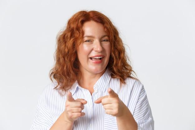 生意気な明るい赤毛の中年女性のクローズアップおめでとう Premium写真