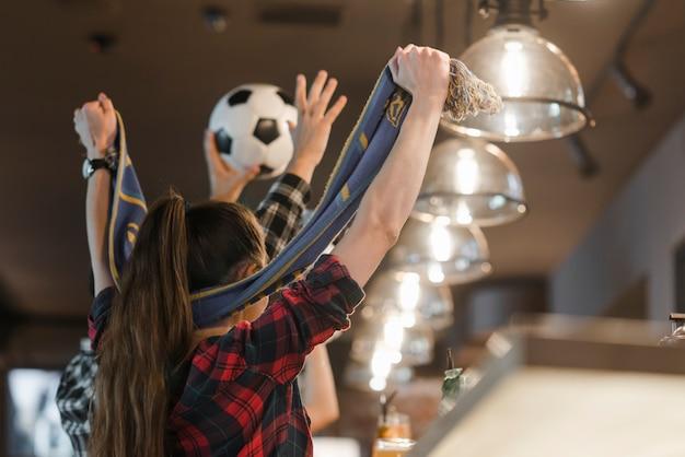 Крупный план приветствуя любителей футбола празднования победы Бесплатные Фотографии