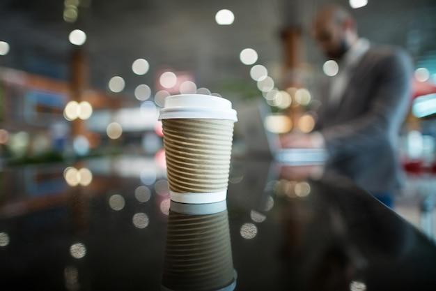 カウンターでのコーヒーカップのクローズアップ 無料写真