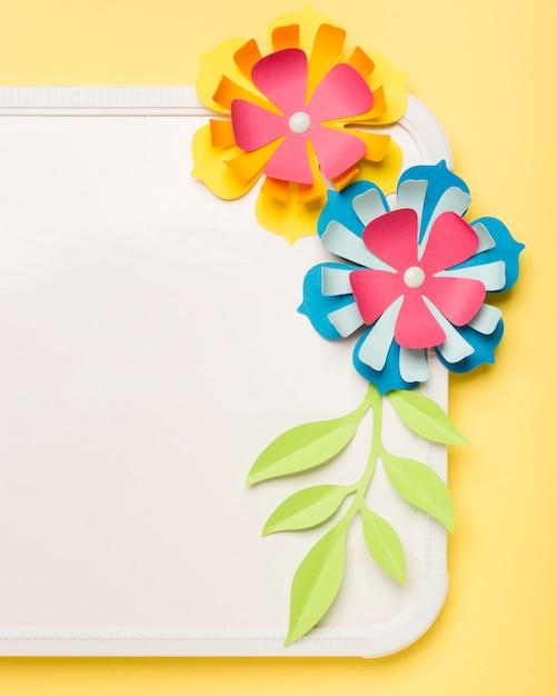 Крупный план красочных бумажных цветов на доске Бесплатные Фотографии