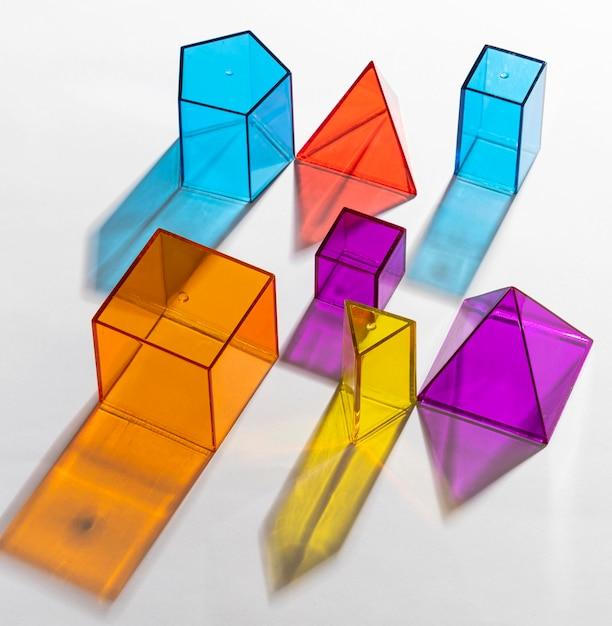 다채로운 반투명 기하학적 모양의 클로즈업 무료 사진