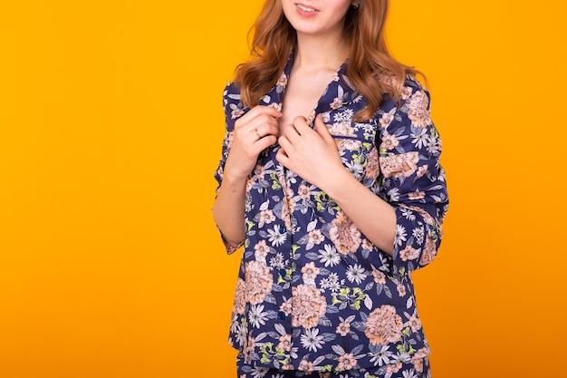 Крупный план милой и жизнерадостной женщины в домашней пижаме Premium Фотографии