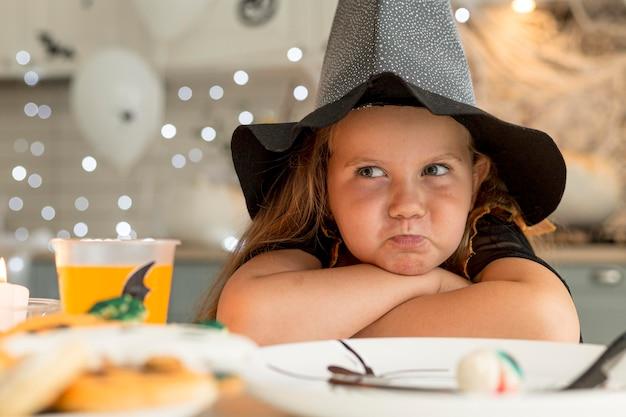 Крупный план милая маленькая девочка в костюме ведьмы Бесплатные Фотографии
