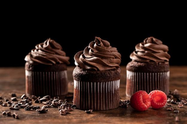 Крупный план вкусных шоколадных кексов с малиной Бесплатные Фотографии