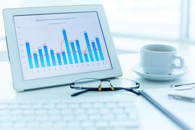 막대 그래프와 함께 디지털 태블릿의 클로즈업 무료 사진