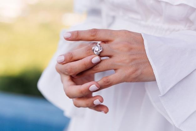 여자의 손가락에 우아한 다이아몬드 반지 닫습니다. 무료 사진