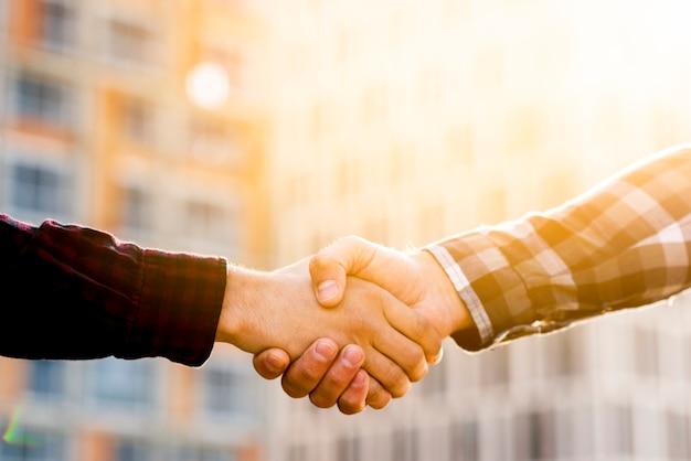 エンジニアと建築家の握手のクローズアップ Premium写真