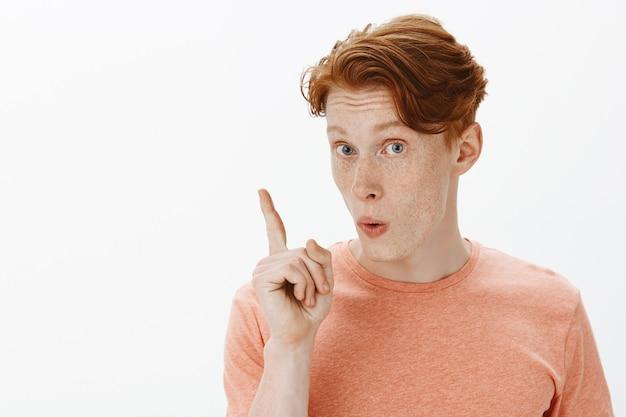 Крупным планом возбужденный рыжий мужчина говорит предложение, поднимает палец, как и планировал, нашел решение Бесплатные Фотографии