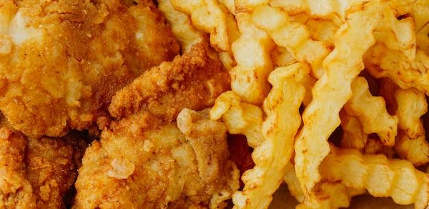 Крупный план рыбы с жареным картофелем Premium Фотографии