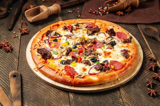 新鮮なおいしいピザのクローズアップ Premium写真