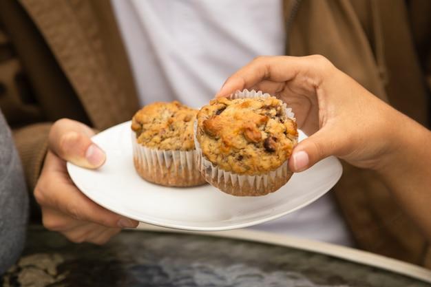 カップケーキを食べている友人のクローズアップ 無料写真