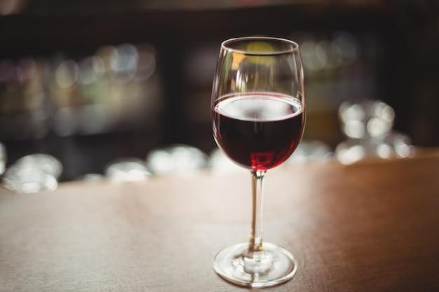 Крупный стакан с красным вином на столе Бесплатные Фотографии