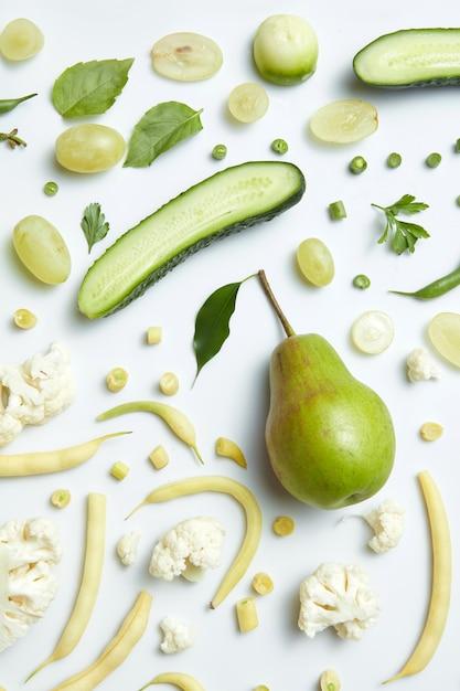 Закройте вверх зеленых овощей и фруктов на столе. здоровое питание и питание для веганов Premium Фотографии