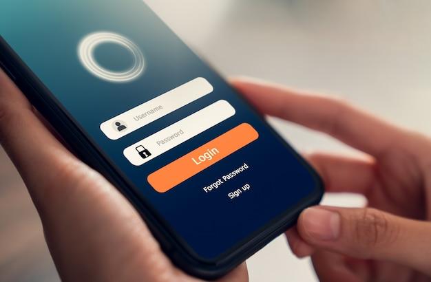 Закройте руки, держащей смартфон и экранные приложения с разблокировкой мобильных телефонов. Premium Фотографии