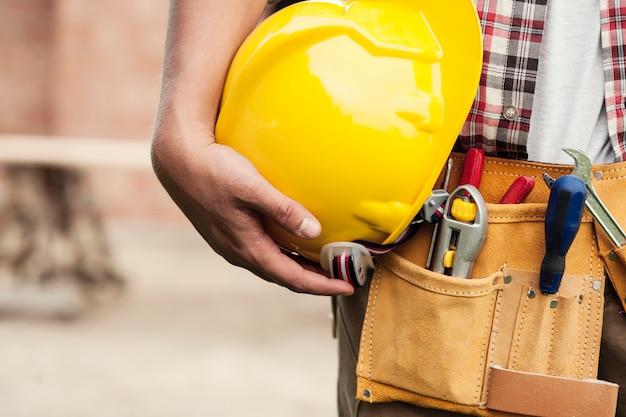 건설 노동자에 의해 들고 하드 모자의 클로즈업 무료 사진