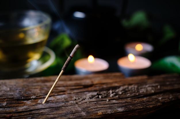Крупный план благовония, свечи и чашка чая Premium Фотографии