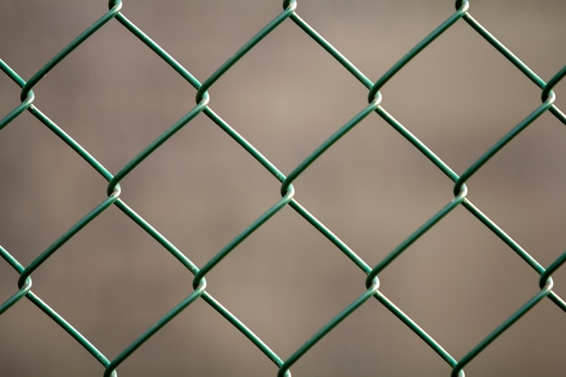 Конец-вверх изолированной покрашенной простой геометрической предпосылки eon загородки звена цепи провода металла черного листового железа темной - красной. концепция ограждения, защиты и ограждения. Premium Фотографии
