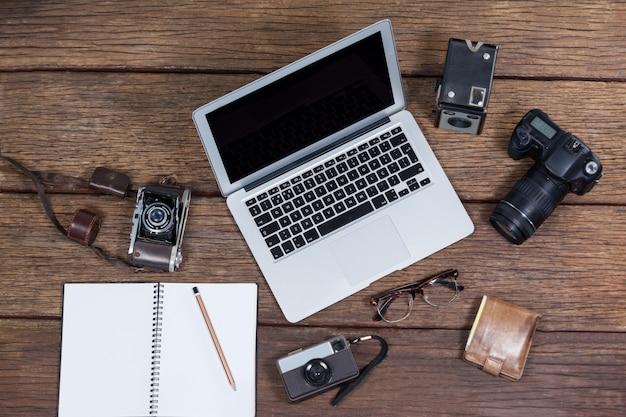 Крупный план ноутбука с камерами на столе Premium Фотографии