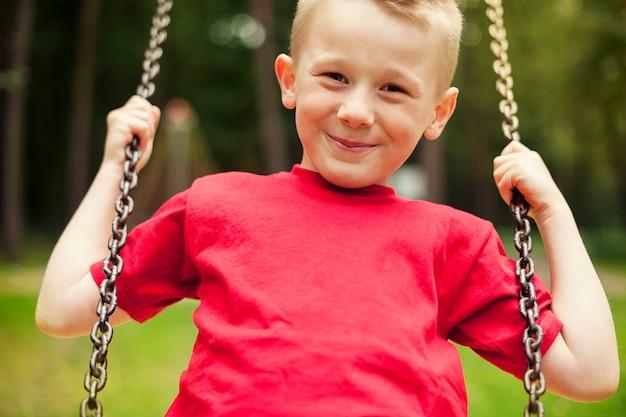 스윙하는 어린 소년의 클로즈업 무료 사진