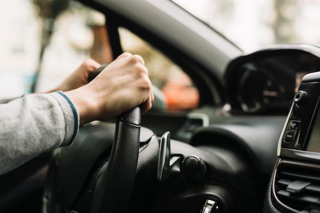 Закройте человека вождения автомобиля Premium Фотографии
