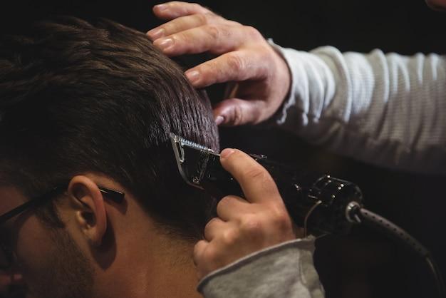 Крупный план человека, подстригающего волосы триммером Бесплатные Фотографии