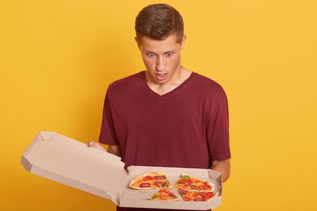 開いた口と驚きの表情でピザを見て男のクローズアップ 無料写真