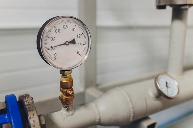 Закройте вверх манометра, трубы, расходомера и клапанов крана системы отопления в котельной. Premium Фотографии