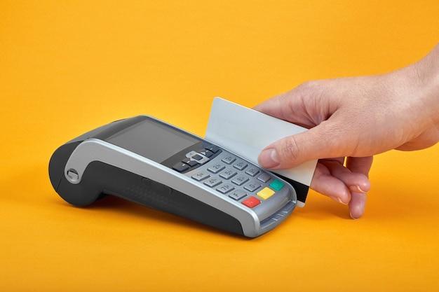 Крупный план кнопок платежного автомата с человеческой рукой, держащей пластиковую карту Premium Фотографии