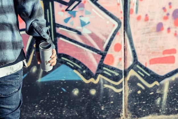 Крупный план руки человека с аэрозольной бутылкой Бесплатные Фотографии