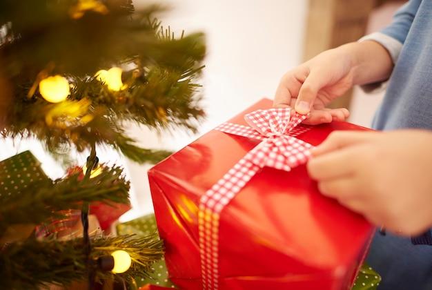 赤いクリスマスプレゼントのクローズアップ 無料写真