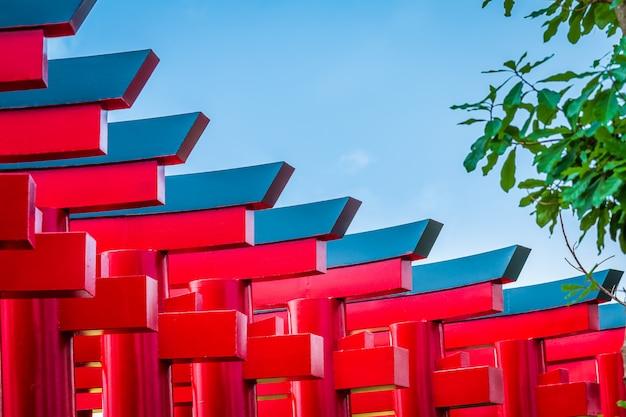 Крупный план ворот красного тории в земле хиноки (bann mai hom hinoki) представляет собой современную архитектуру японии. это новая туристическая достопримечательность в районе чайпракарн, провинция чианг май, таиланд, Premium Фотографии