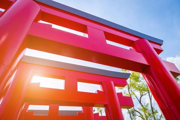 Конец-вверх красных стробов torii с предпосылкой голубого неба. Premium Фотографии