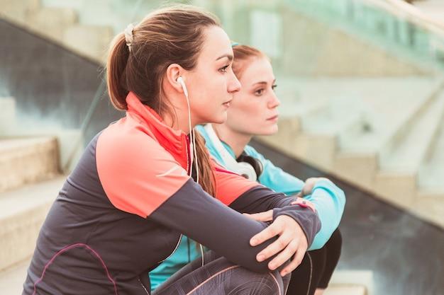 Крупным планом расслабленной спортсменками Бесплатные Фотографии
