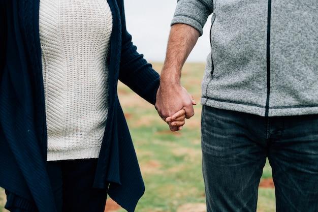 Крупным планом старших пара, держась за руки Бесплатные Фотографии