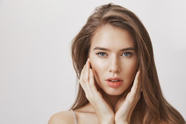 Крупный план чувственного красивого лица женщины Бесплатные Фотографии