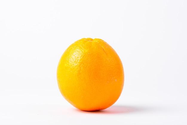 Крупным планом один оранжевый изолированные Premium Фотографии