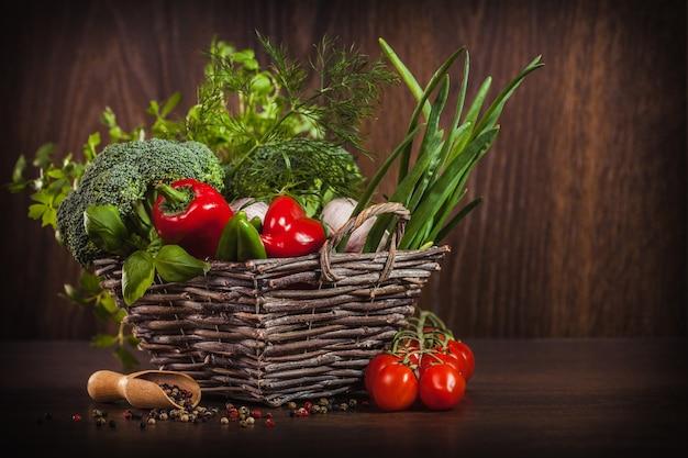 Крупным планом специй и овощей на дереве Бесплатные Фотографии
