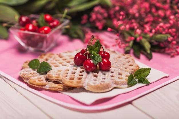 Заделывают сладкие вафли с вишней Бесплатные Фотографии