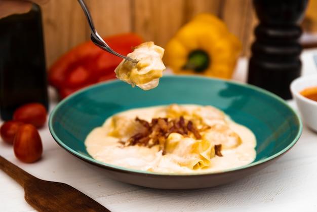 プレートの味イタリアのラビオリパスタのクローズアップ 無料写真