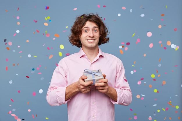 誕生日の男性のクローズアップは、ギフトボックスで写真を撮ります 無料写真
