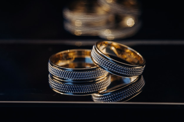 結婚式のための2つの金の結婚指輪のクローズアップ。 Premium写真