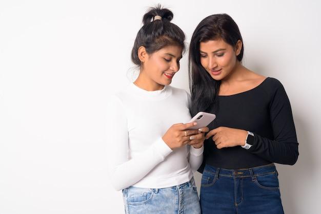 고립 된 자매로 함께 두 젊은 아름다운 페르시아 여성의 닫습니다 프리미엄 사진