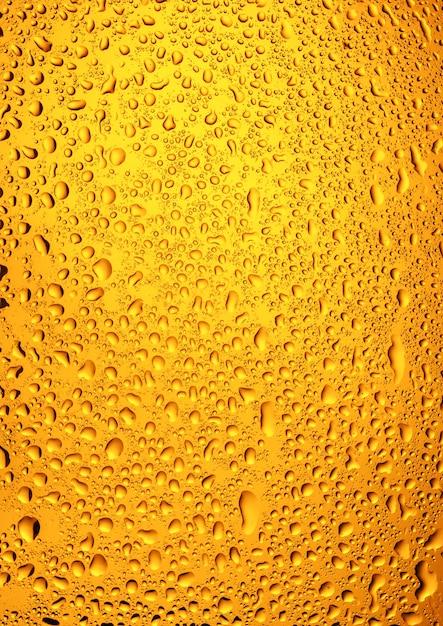 Крупный план капель воды на пивном стакане Premium Фотографии
