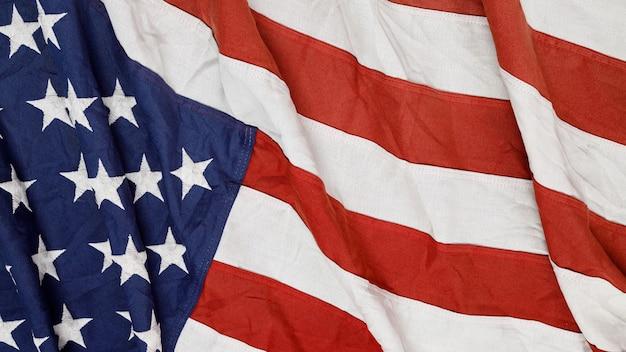 アメリカの国旗を振っているのクローズアップ。 Premium写真